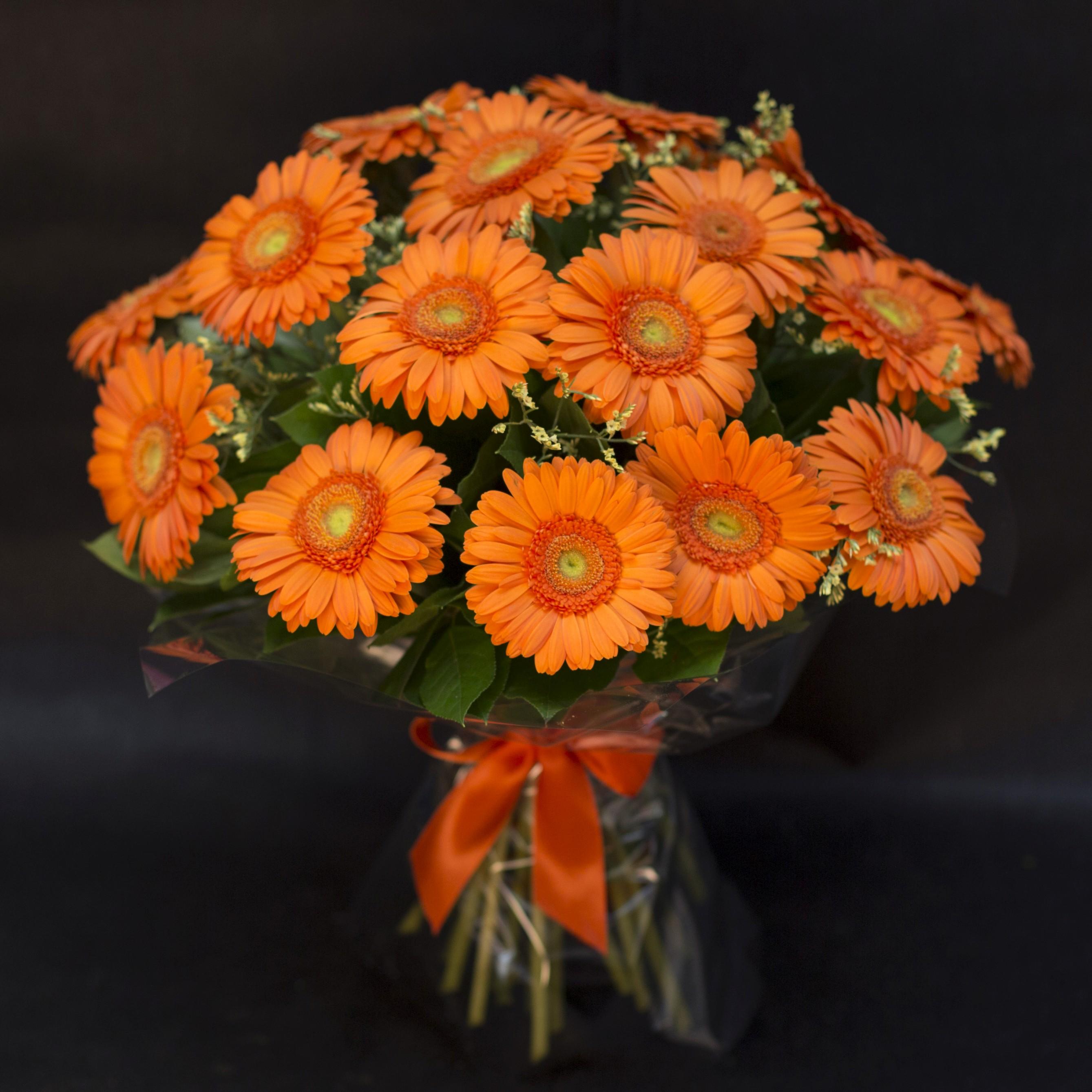 Форме шара, букет из больших оранжевых ромашек фото